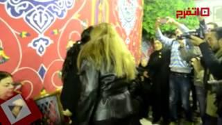 الكاميرات تحاصر ليلى علوي في عزاء حمدي أحمد (اتفرج)
