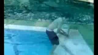 Un conjunt de salts a una piscina.