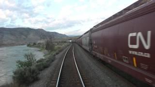 列車交換のために待機する長大編成の貨物列車。Vancouver→Kamloopsに向...