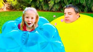 ناستيا وأبي يصنعان أشكال كبيرة وملونة من الصلصال