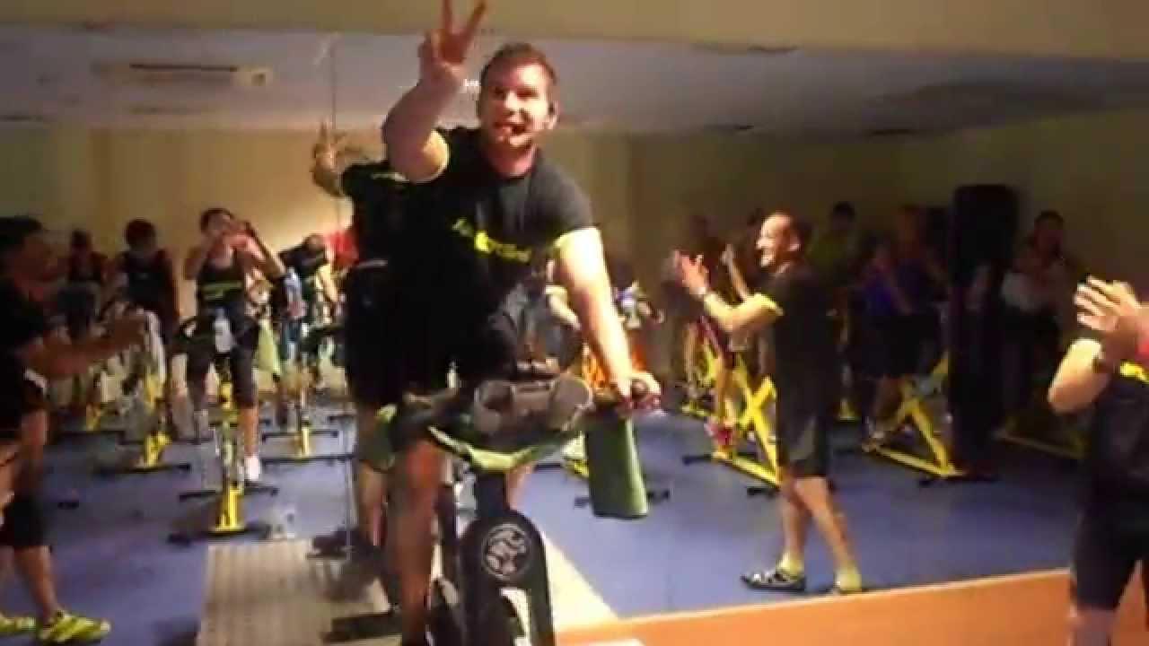 Momento hombros loren muela youtube for Piscina municipal manises