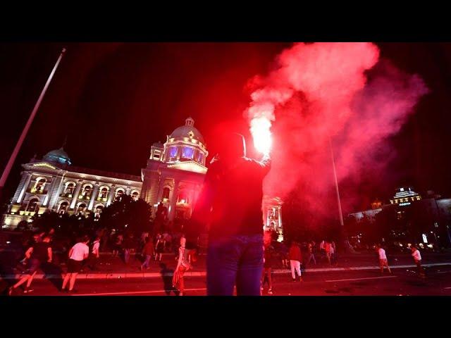 Американская клешня была замечена в ходе штурма сербского парламента
