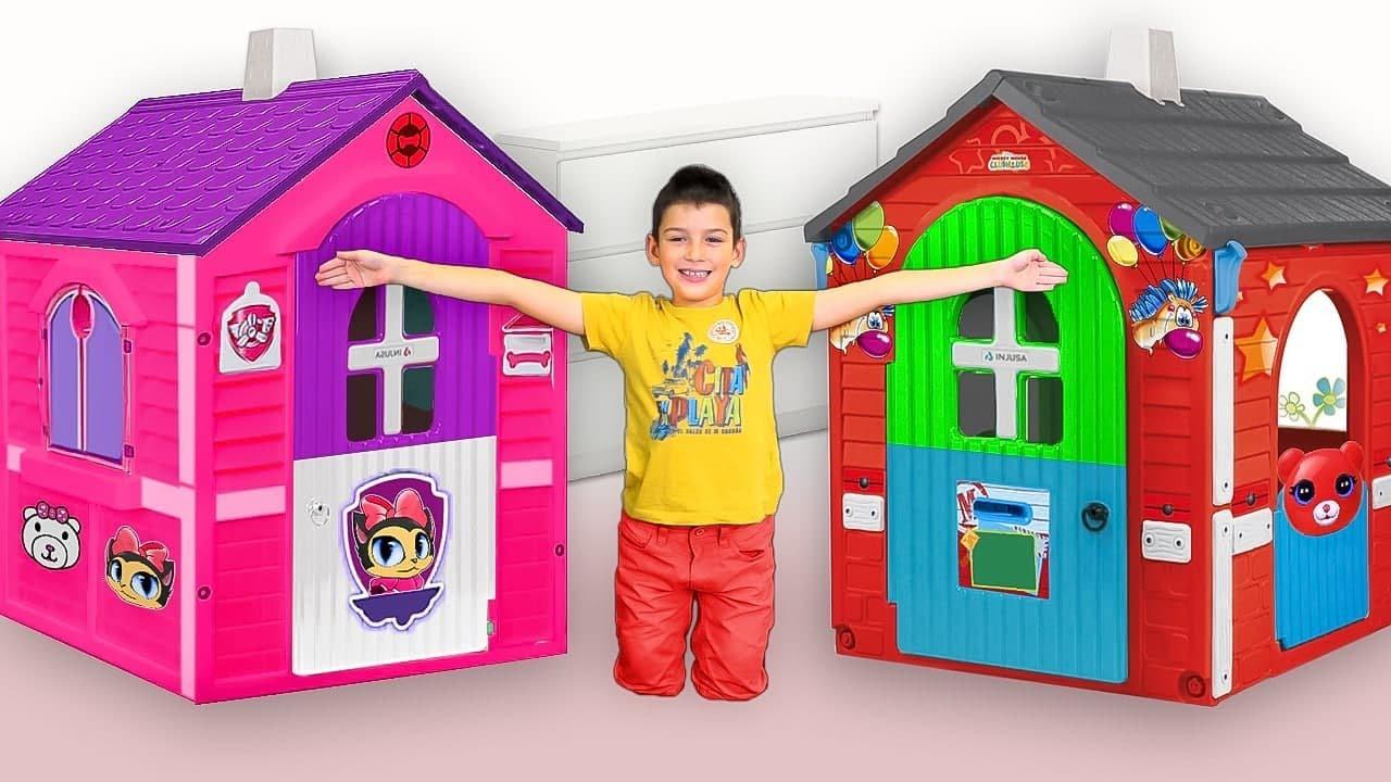 يتظاهر ساشا وماكس باللعب مع بيوت اللعب الملونة مع القرود