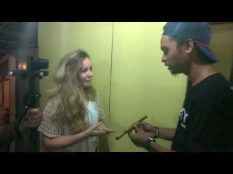 Nyong Ambon serahkan sebatang suling bambu kepada Nona Belanda Kroasia