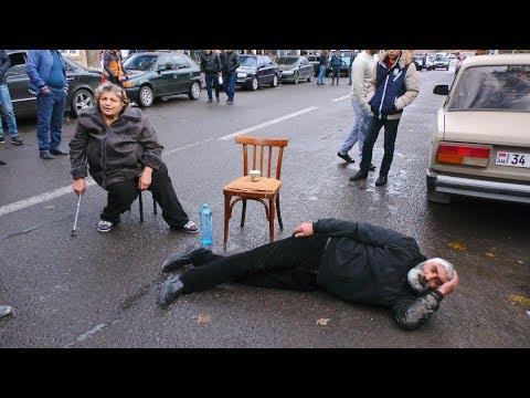 02 11 18 Ավտովթարից զոհված երիտասարդի ծնողները փակել են Սևանի գլխավոր ճանապարհը: