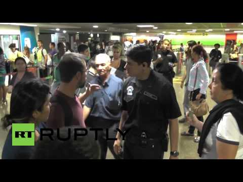 Brazil: Police remove protesters from Rio metro station