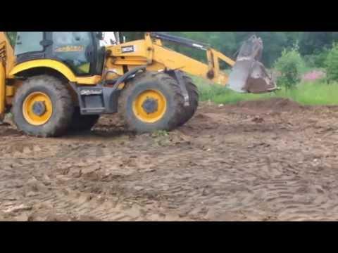 Работа планировщика JCB 3CX на отсыпке земельного участка в Калининграде