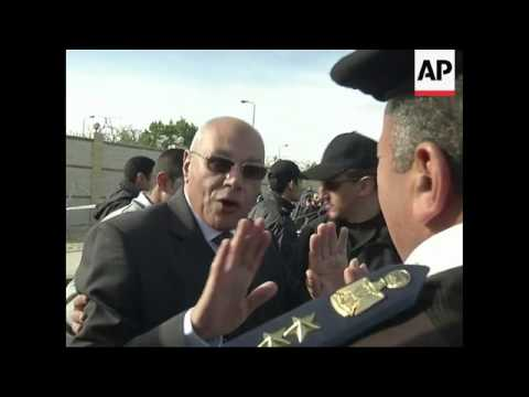 +4:3 Morsi's lawyer arrives at court as trial resumes