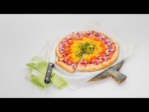 Pizza met regenboog van groenten - Allerhande