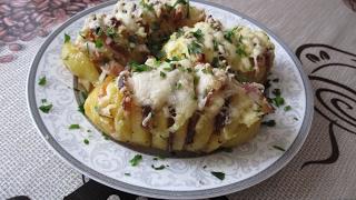 Печеная картошка-гармошка с беконом и сыром.