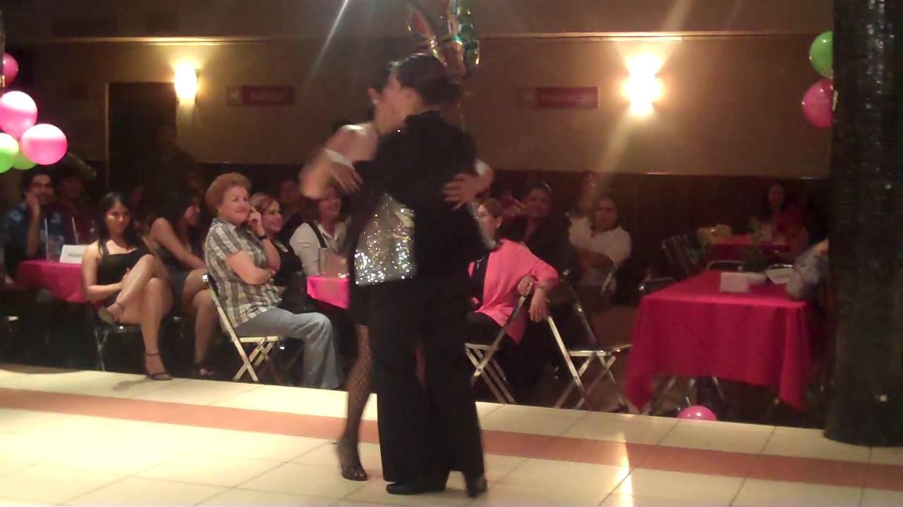 Homosexual bailando en iglesia