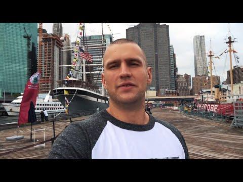 Старинный корабль в центре Нью-Йорка. Уолл Стрит