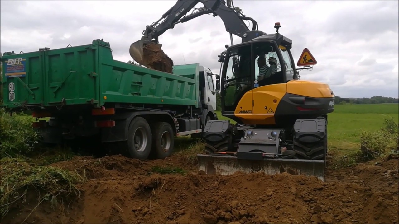 MECALAC 11 MWR CHARGE UN CAMION