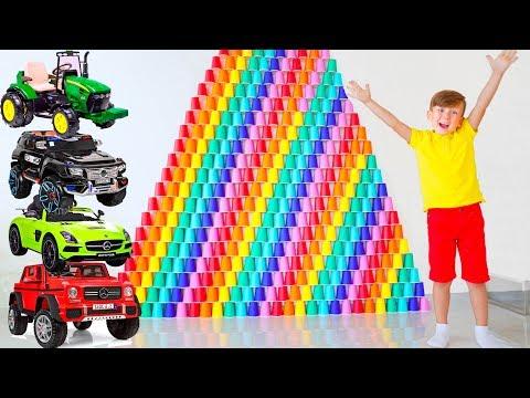 Сеня построил Гигантские Пирамиды из цветных Стаканчиков и сбивает их Машинками