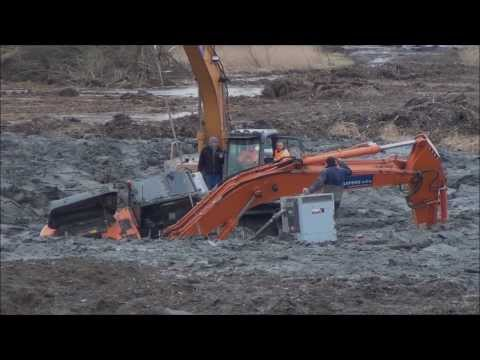 Graafmachines zakken weg in bouwput Sint Philipsland