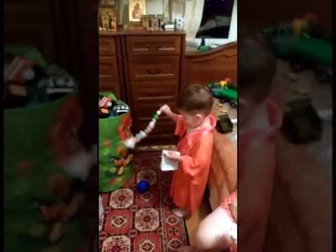 Видео как ребенок читает молитву