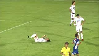 相手GKをかわした味方選手からボールを受け取った永藤 歩(山形)がミド...