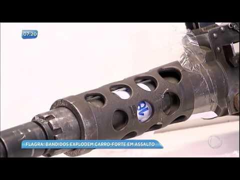 Bandidos usam arsenal de guerra para explodir carro-forte