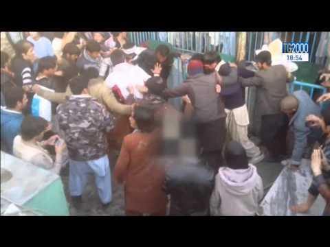 Afghanistan, donna lapidata. Ai suoi funerali altre donne portano la sua bara