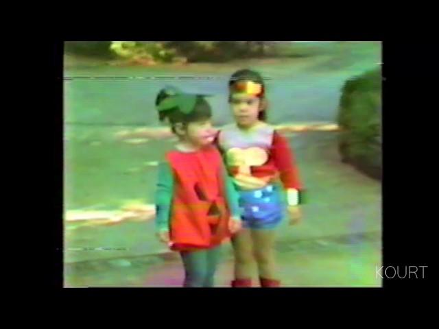 Ким и Кортни Кардашијан како мали слават Halloween