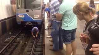 Человек - эпилептик упал на рельсы в метро на станции Отрадное(, 2014-07-05T23:10:22.000Z)