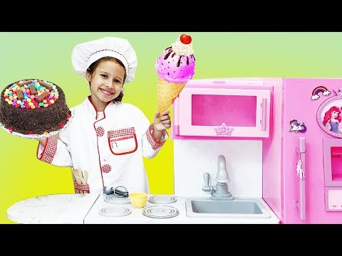 Valentina Cozinhando o café da manhã para mamãe