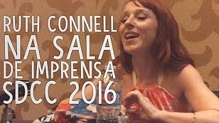 Ruth Connell (Rowena de SPN) na sala de imprensa da SDCC // Press room with Ruth Connell