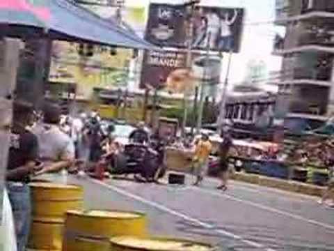 Red Bull Racing Ciudad de Panamá intentando repararlo
