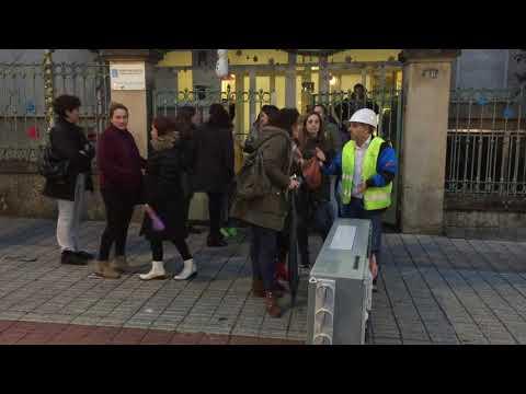 Protesta de padres y alumnos del CEIP Praza de Barcelos por la colocación de un nuevo transformador