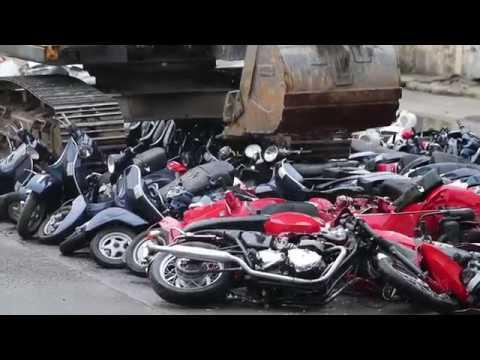 Akcja miała miejsce na Filipinach. W obecności prezydenta kraju koparka zniszczyła samochody i skutery o wartości ponad 600 tys. dolarów. Wszystkie zostały przemycone na Filipiny.