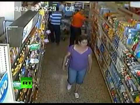 """Землетрясение """"рушит"""" супермаркет"""