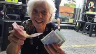 Mua hết thúng xôi của cụ bà 91 tuổi và cái kết ấm tình người
