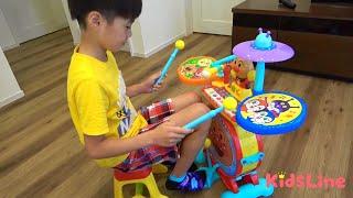 お昼寝中のねみちゃんを発見したこうくん!ビックリさせようと風船やメガホン、ベル、バイオリン、ドラムと色んな楽器を使ってみるけど・・...