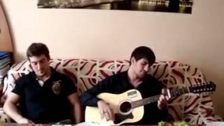шикарно поет под гитару.. чеченская песня