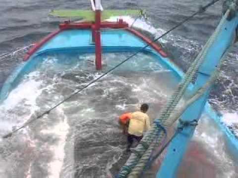 dokumentasi kendal perahu nelayan milik teman hampir tenggelam di lautan