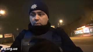 Полицейский угрожает оружием, однако к водителю нет претензий