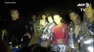 Meninos presos em caverna na Tailândia passam bem