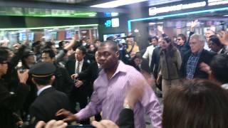 ポールマッカートニーが博多駅に到着。