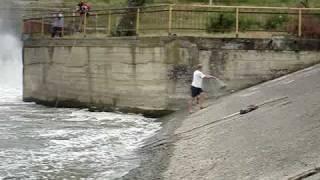 ловля кастинговой сетью(толстолобик 3-8 кг. и судак небольшой на сбросе с водохранилища., 2010-07-08T16:38:47.000Z)