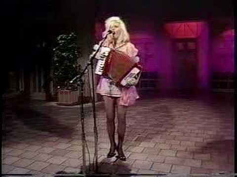 "Phoebe Legere sings ""La Vie En Rose"" at the After Dark show"
