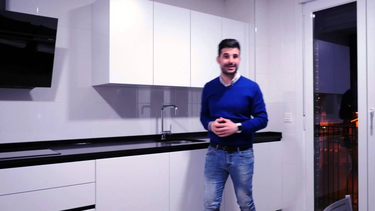 Video cocinas modernas blancas y negras cocinas santos for Cocinas integrales blancas