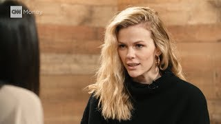 Baixar Brooklyn Decker wants to help you clean out your closet