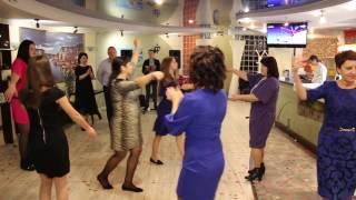 Девушка танцует лезгинку на свадьбе