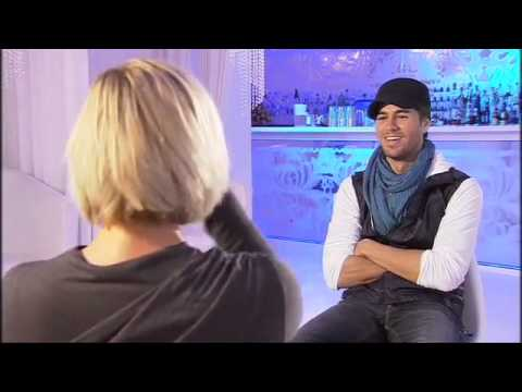 Enrique Iglesias  flirts  so sweet