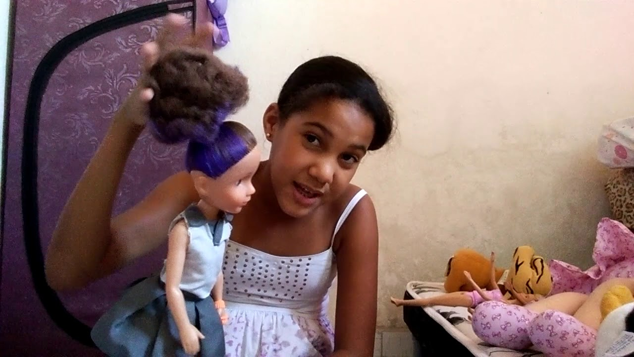 , mostrando minha coleção de pelúcias e bonecas