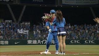 8回、埼玉西武は代打で中村剛也が打席に入る。これで1000試合出場達成し...