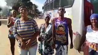 Ônibus deixa de circular por causa dos buracos e moradores cobram providências