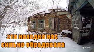 Заброшенная деревня в снежном лесу