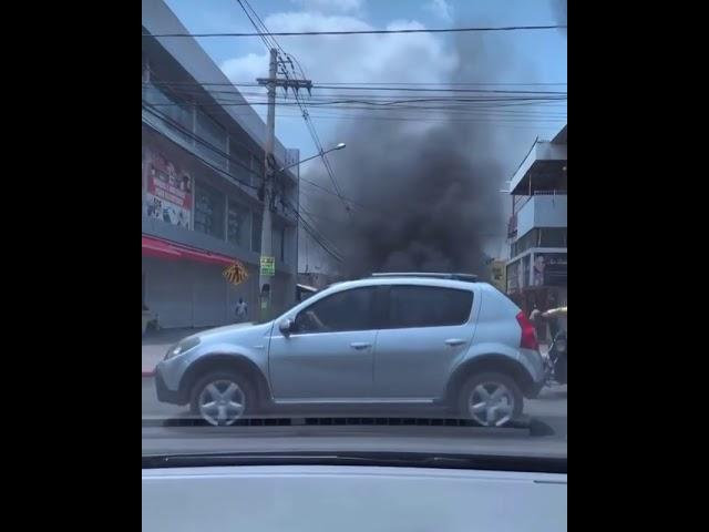 Carro pega fogo e chamas assustam moradores; veja vídeos
