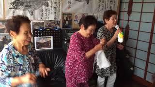 祖母三姉妹で楽しくカラオケを楽しんでいる様子です。河内おとこ節.